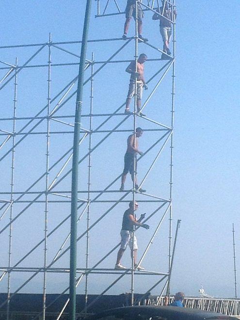 Lungomare di Napoli, operai al lavoro senza casco a 10 metri d'altezza